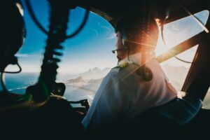 piloto y pasajero vuelan en helicóptero
