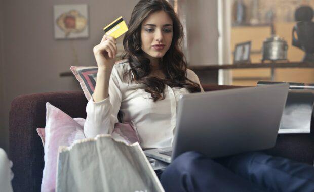 Chica comprando por internet