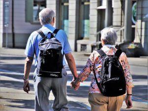 pareja anciana anda cogida de la mano por la ciudad