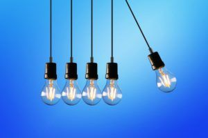 cinco bombillas cuelgan del techo