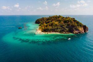 Isla del Pacífico rodeada de aguas turquesas