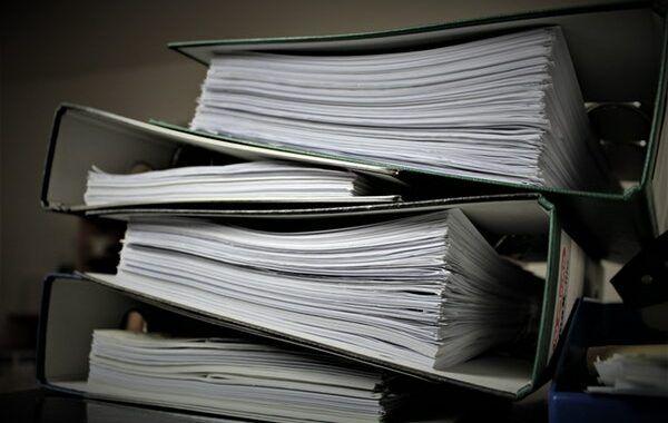 Carpetas llenas de documentos apiladas