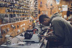 Chico trabaja en un taller