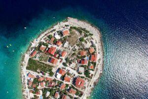 Isla pequeña repleta de casas