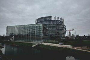Parlamento Europeo desde el exterior en un día nublado