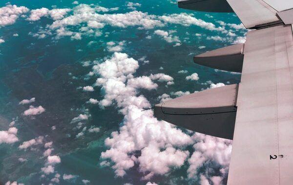 Vista del ala de un avión desde una ventanilla