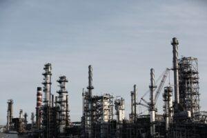 Imagen de unas chimeneas de una zona industrial