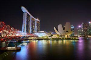 Paisaje de Singapur por la noche repleto de luces de colores