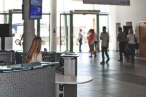 Mujer atiendo en el mostrador de atención al cliente de un aeropuerto