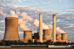 Chimeneas de fábricas echando humo