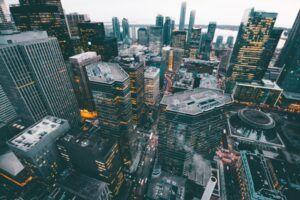 Plano desde arriba de los rascacielos de una gran ciudad