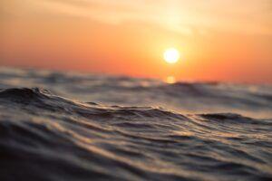 ola en el mar con puesta de sol